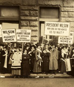 [Suffragists demonstrating against Woodrow Wilson in Chicago, 1916]